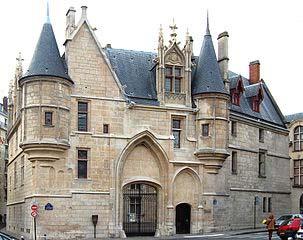 Vue de l'entrée de la Bibliothèque Forney, au 1, rue du Figuier à Paris.