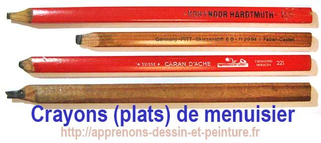Quatre crayons plats de menuisiers, dont un ancien, sans marque. Photo : ©Richard Martens.